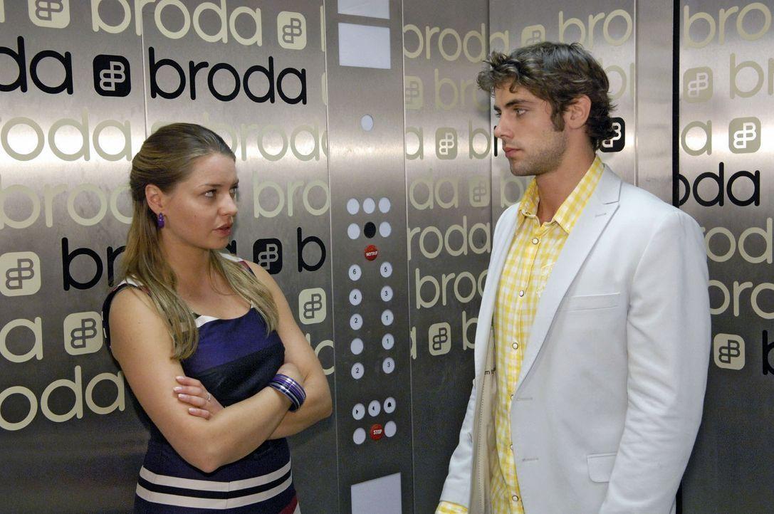 Jonas (Roy Peter Link, r.) teilt Katja (Karolina Lodyga, l.) eine wichtige Entscheidung mit ... - Bildquelle: Sat.1