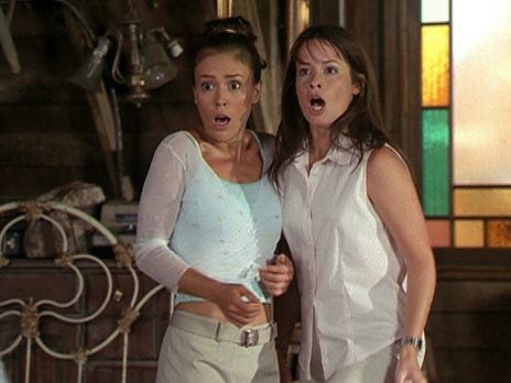 Charmed - Zauberhafte Hexen - Phoebe (Alyssa Milano, l.) und Piper (Holly Mar...