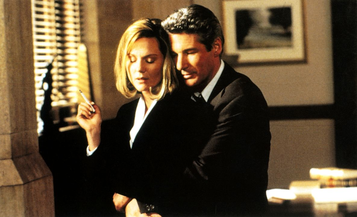 Obwohl Martin (Richard Gere, r.) Staatsanwältin Janet (Laura Linney, l.) immer noch liebt, gerät der Prozess zur kriegerischen Auseinandersetzung zw... - Bildquelle: PARAMOUNT PICTURES CORPORATION