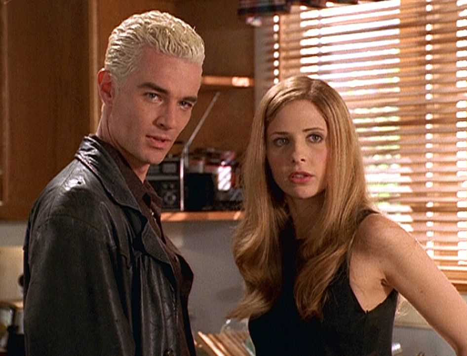 Spike (James Masters, l.) und Buffy (Sarah Michelle Gellar, r.) fragen sich, was Warren und seine Kumpane mit dem gestohlenen Diamanten aus dem Muse... - Bildquelle: TM +   Twentieth Century Fox Film Corporation. All Rights Reserved.