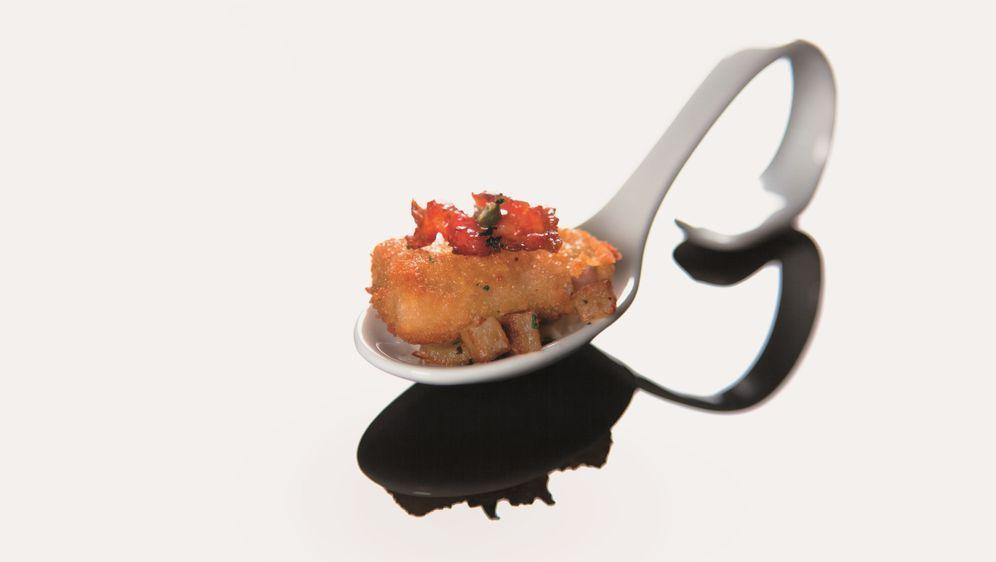Schweineschnitzel Wiener Art mit Bratkartoffeln und ausgelassenem Speck