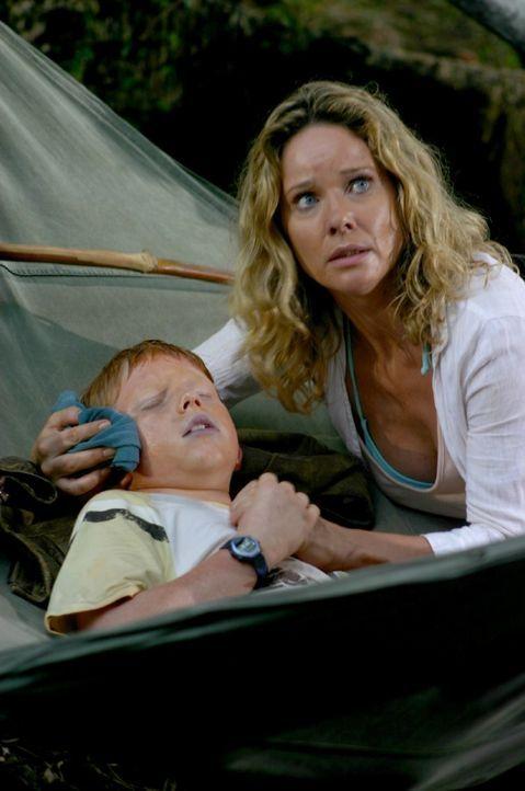 Max (Sebastian Husak, l.) hat hohes Fieber. Er wurde von einer Giftschlange gebissen. Billy (Ann-Kathrin Kramer, r.) wartet voller Sorge auf das Geg... - Bildquelle: Walter Bailey Sat.1