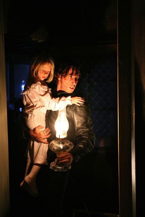 Der Vampir Mick (Alex O'Loughlin, r.) befreit die kleine Beth (Amayla und Bryn Early, l.) aus den Fängen seiner Frau. Jahre später kreuzen sich die... - Bildquelle: Warner Brothers