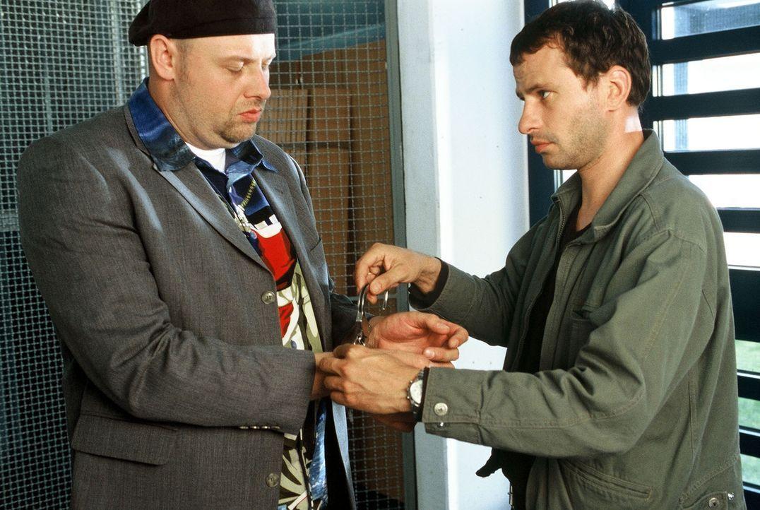 Nur ungern legt Timo (Frank Stieren, r.) seinem Freund Manni (Axel Häfner, l.), der unter Mordverdacht steht, die Handschellen an ... - Bildquelle: Martin Menke Sat.1