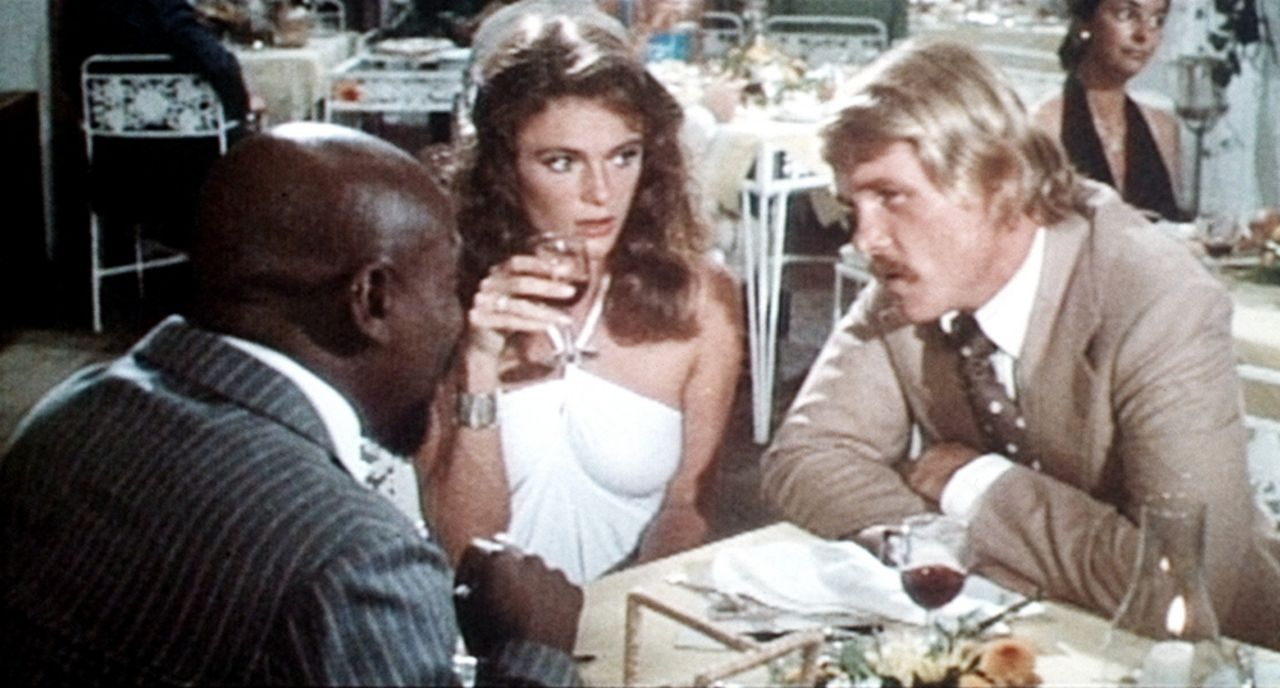 Unterweltboss Henri Cloche (Louis Gosset jr., l.) bietet Gail (Jacqueline Bisset, M.) und David (Nick Nolte, r.) einen verdächtig hohen Preis für... - Bildquelle: Columbia Pictures