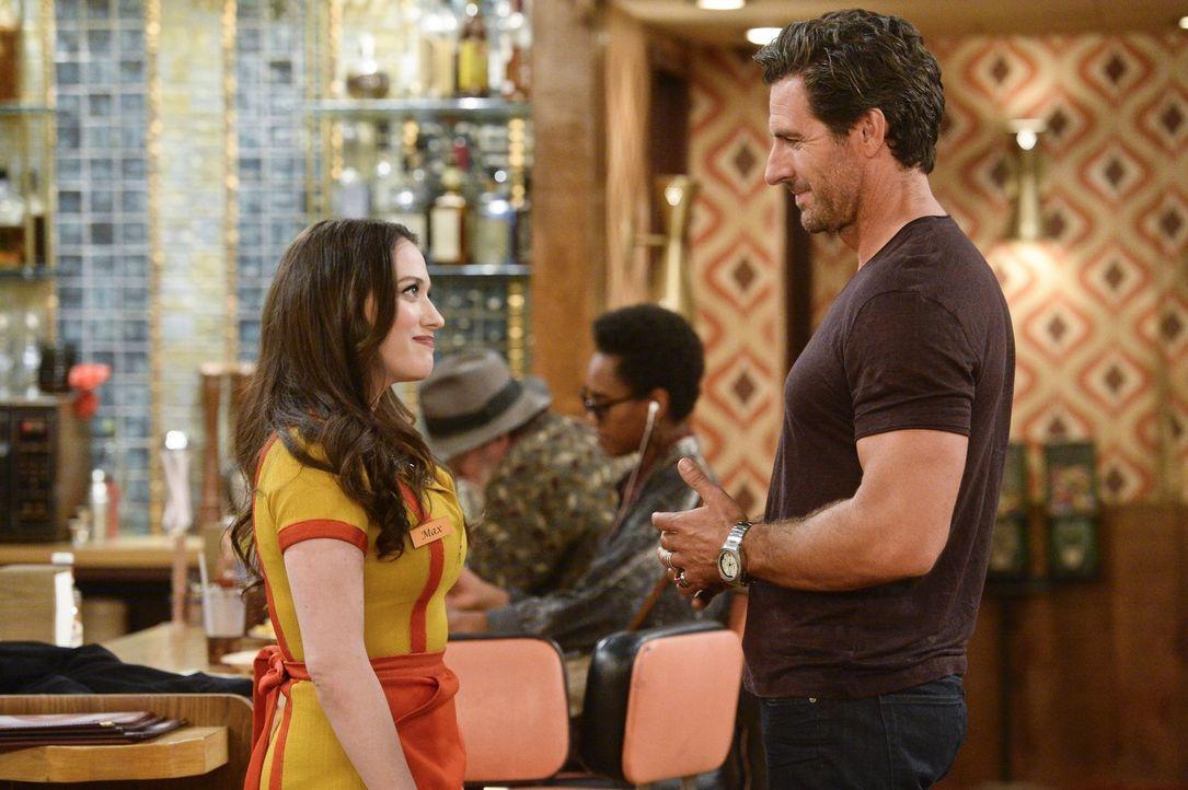 Obwohl Randy (Ed Quinn, r.) Max (Kat Dennings, l.) sehr wehgetan hat, zieht diese eine Versöhnung in Betracht, als er sie besucht und um Verzeihung... - Bildquelle: 2016 Warner Brothers
