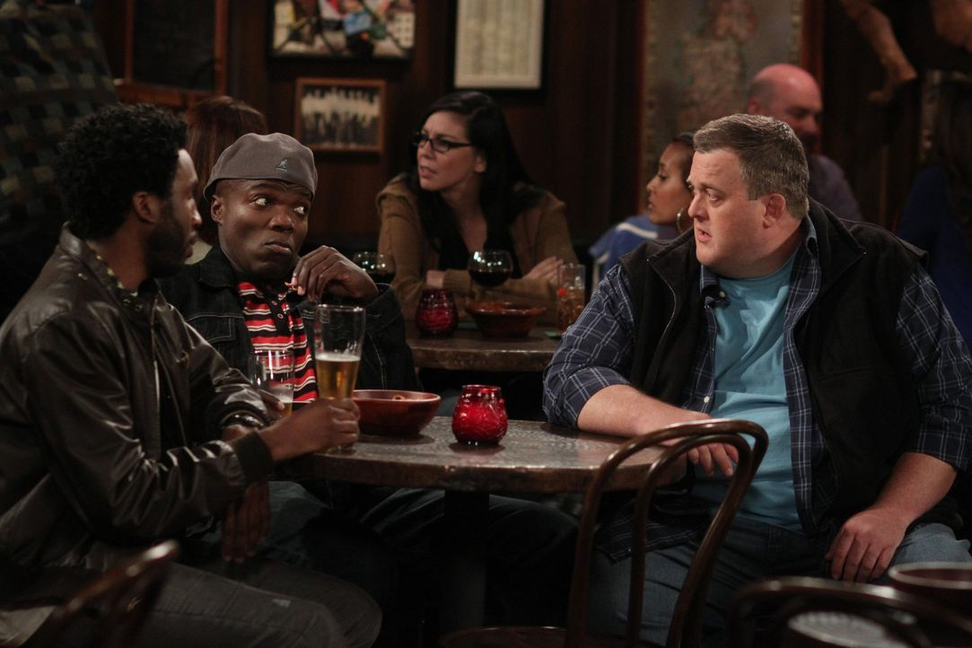 Männergespräche: Mike (Billy Gardell, r.), Samuel (Nyambi Nyambi, l.) und Carl (Reno Wilson, l.) ... - Bildquelle: 2010 CBS Broadcasting Inc. All Rights Reserved.