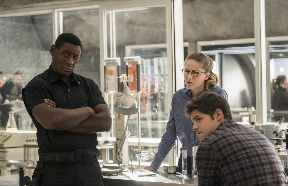 Während Henshaw (David Harewood, l.) und Winn (Jeremy Jordan, r.) Lena Luthor für schuldig halten, glaubt die eiserne Kara (Melissa Benoist, M.) an... - Bildquelle: 2016 Warner Brothers