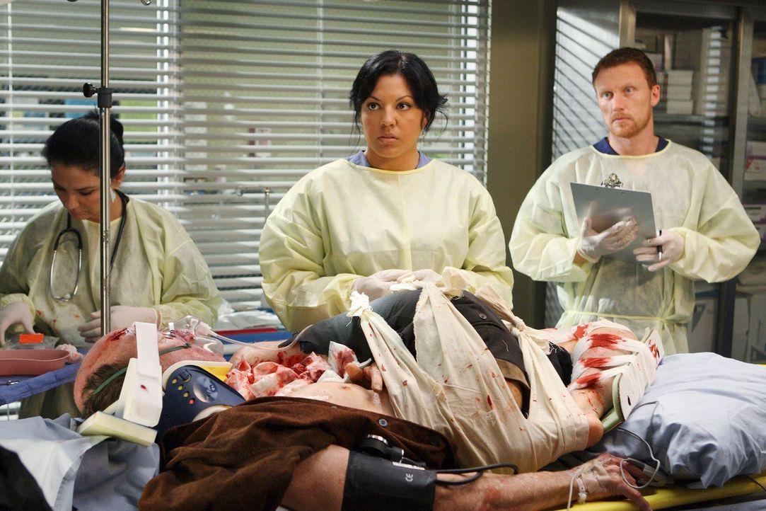 Im Seattle Grace wurde ein Patient eingeliefert, der in einer Mülltonne eingeklemmt wurde. Callie (Sara Ramirez, M.) und Owen (Kevin McKidd, r.) ve... - Bildquelle: Touchstone Television
