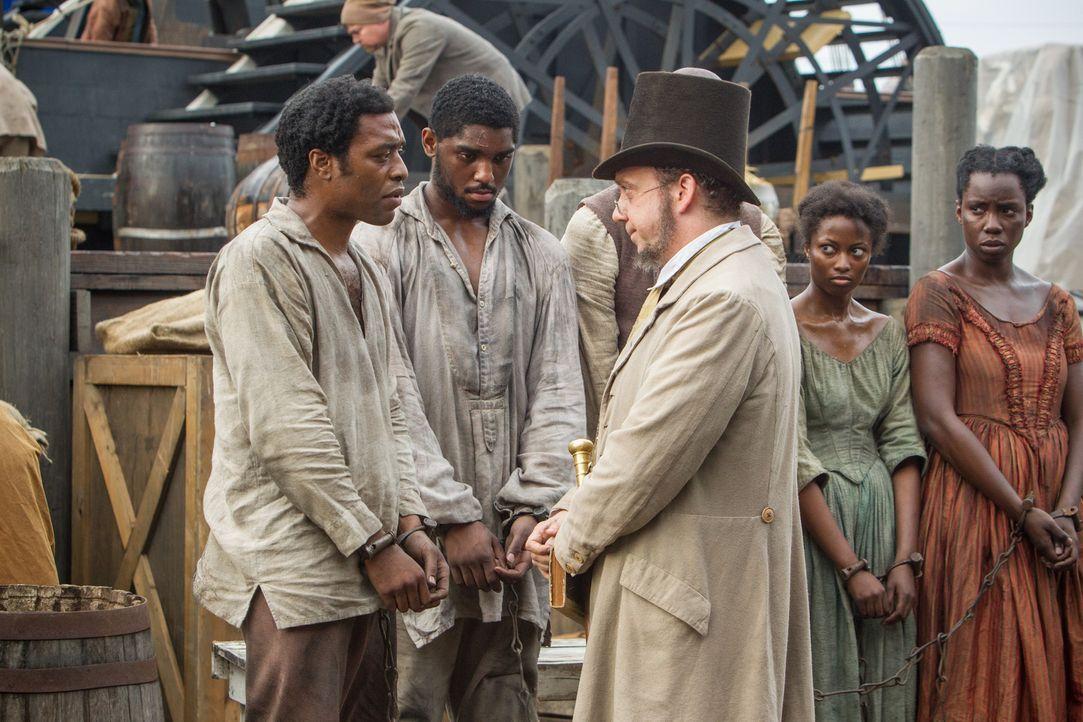Der einst freie Mann Solomon Northup (Chiwetel Ejiofor, l.) wird verschleppt, seiner Identität beraubt und von dem Sklavenhändler Theophilus Freeman... - Bildquelle: TOBIS FILM