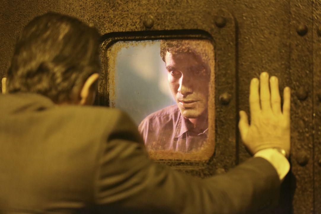 Kann Walter (Elyes Gabel, r.) Cabe (Robert Patrick, l.) retten, bevor die radioaktive Strahlung ihn tötet? - Bildquelle: Adam Taylor 2014 CBS Broadcasting, Inc. All Rights Reserved