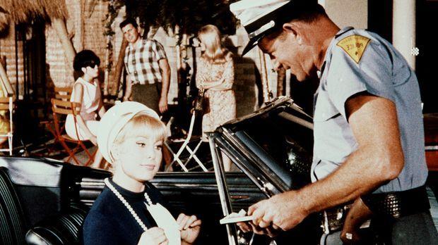 Jeannie (Barbara Eden, l.) fährt mit Tonys Wagen verkehrt in eine Einbahnstra...