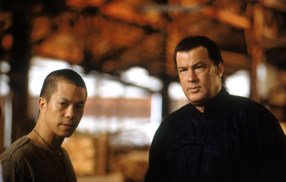 Geraten ins Visier allerhöchster gesellschaftlicher Kreise: Ex-CIA-Agent Jake Hopper (Steven Seagal, r.) und sein alter Weggefährte Sunti (Byron M... - Bildquelle: MGM Home Entertainment
