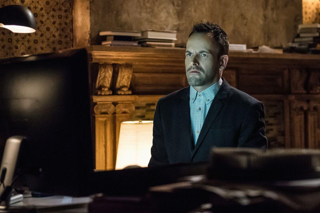 Ist verzweifelt, als er erfährt, dass Watson entführt wurde: Sherlock Holmes (Jonny Lee Miller). Sein Bruder Mycroft sagt ihm auf den Kopf zu, dass... - Bildquelle: CBS Television