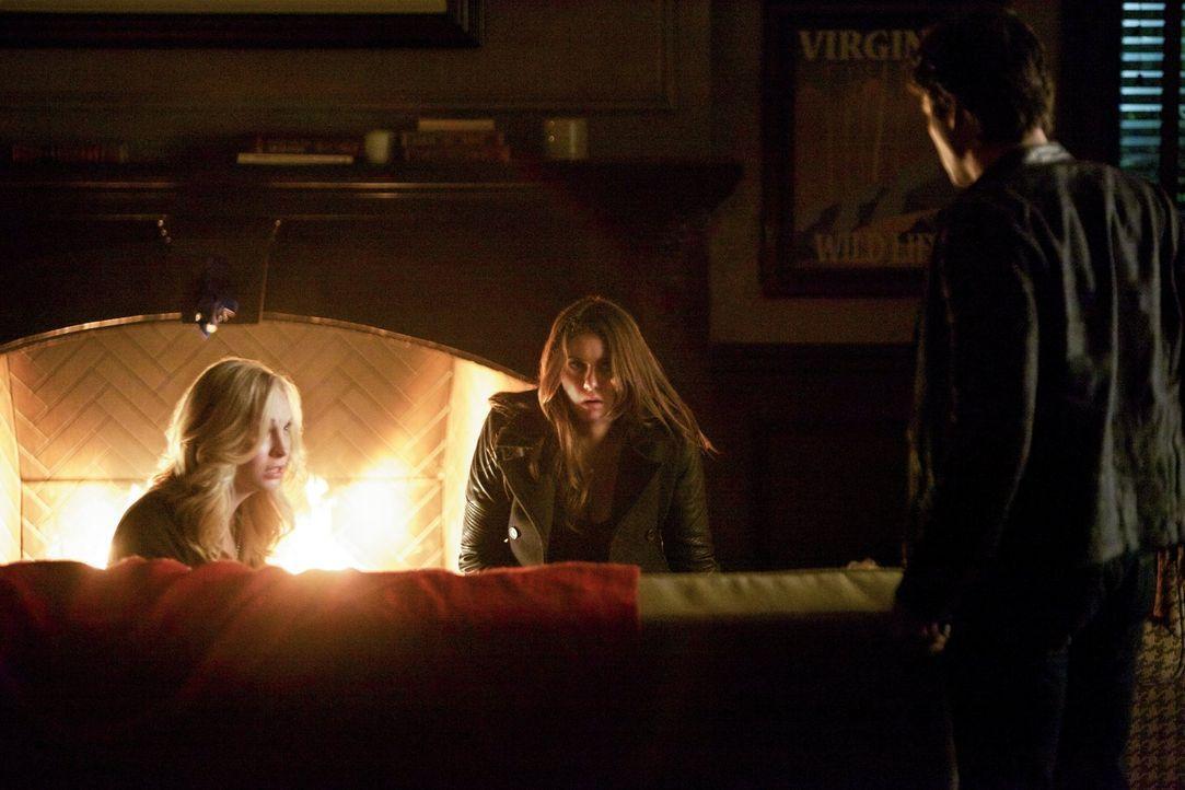 Während Caroline (Candice Accola, l.) und Elena (Nina Dobrev,M.) fast verzweifeln, versucht Damon (Ian Somerhalder, r.) stark zu bleiben und einen l... - Bildquelle: Warner Brothers