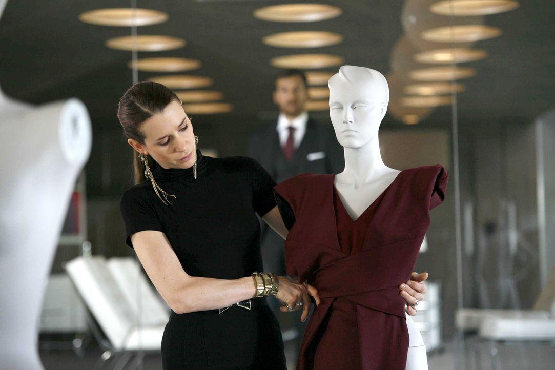 Die arrogante Chef-Designerin Sarah (Julia Malik) arbeitet mit allen Mitteln, um Melanies Entwürfe zu torpedieren ... - Bildquelle: Dominik Hatt SAT.1