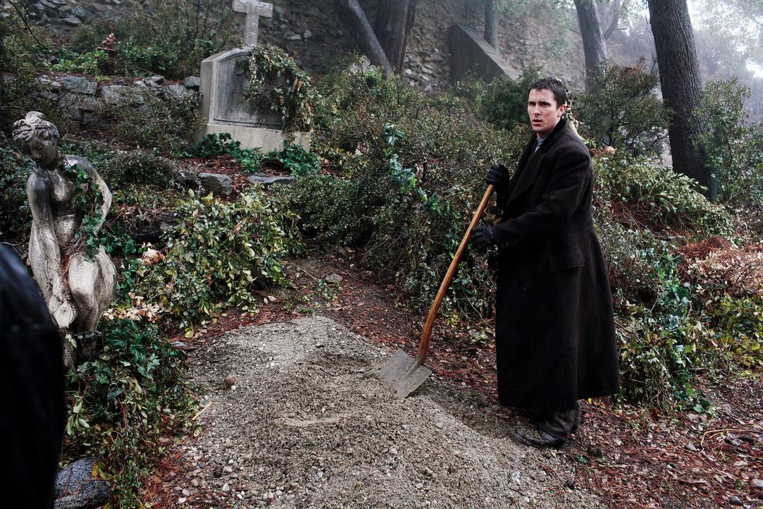 Ein traumatisches Ereignis sorgt dafür, dass Robert Angier und Alfred Borden (Christian Bale) zu erbitterten Gegnern werden. Fortan will jeder dem a... - Bildquelle: Warner Television