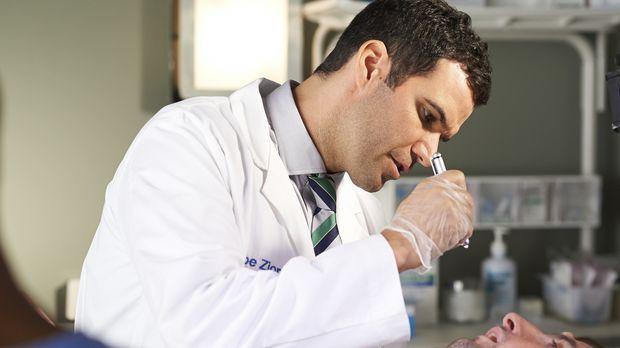 Während ein Patient von Dr. Miller (Benjamin Ayres) für einige Probleme im Kr...