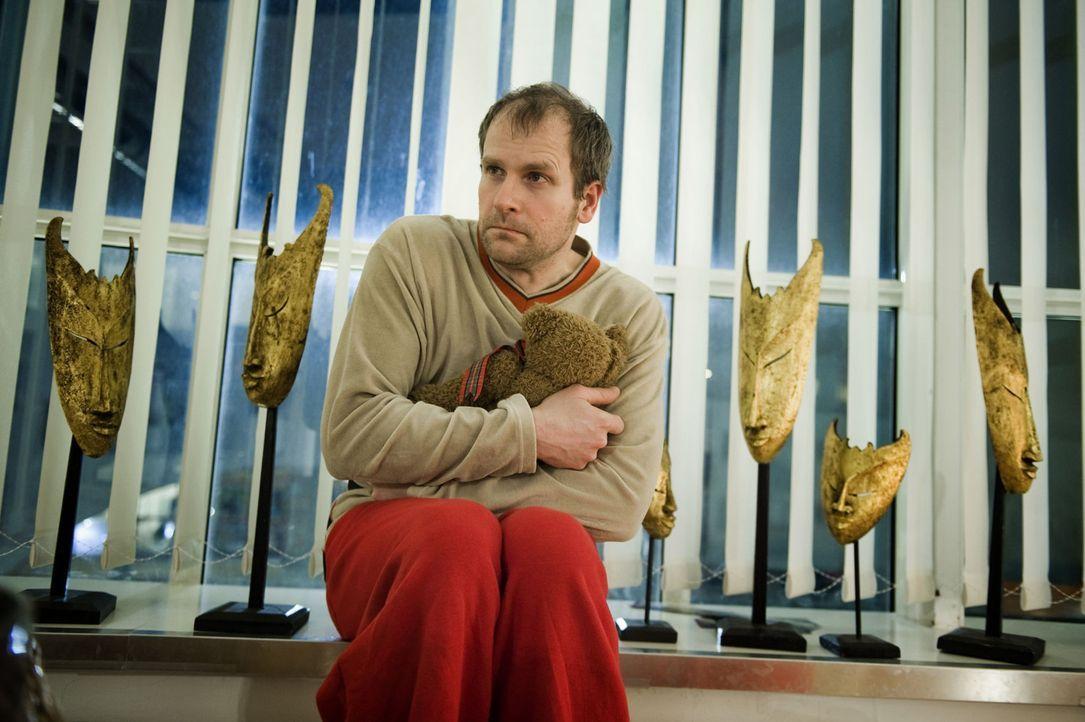 Wer hat die junge Lehrerin umgebracht? War es der kontaktscheue, einsame Arne Pohl (Thomas Limpinsel), der Julia ständig anrief und ihr heimlich au... - Bildquelle: SAT.1