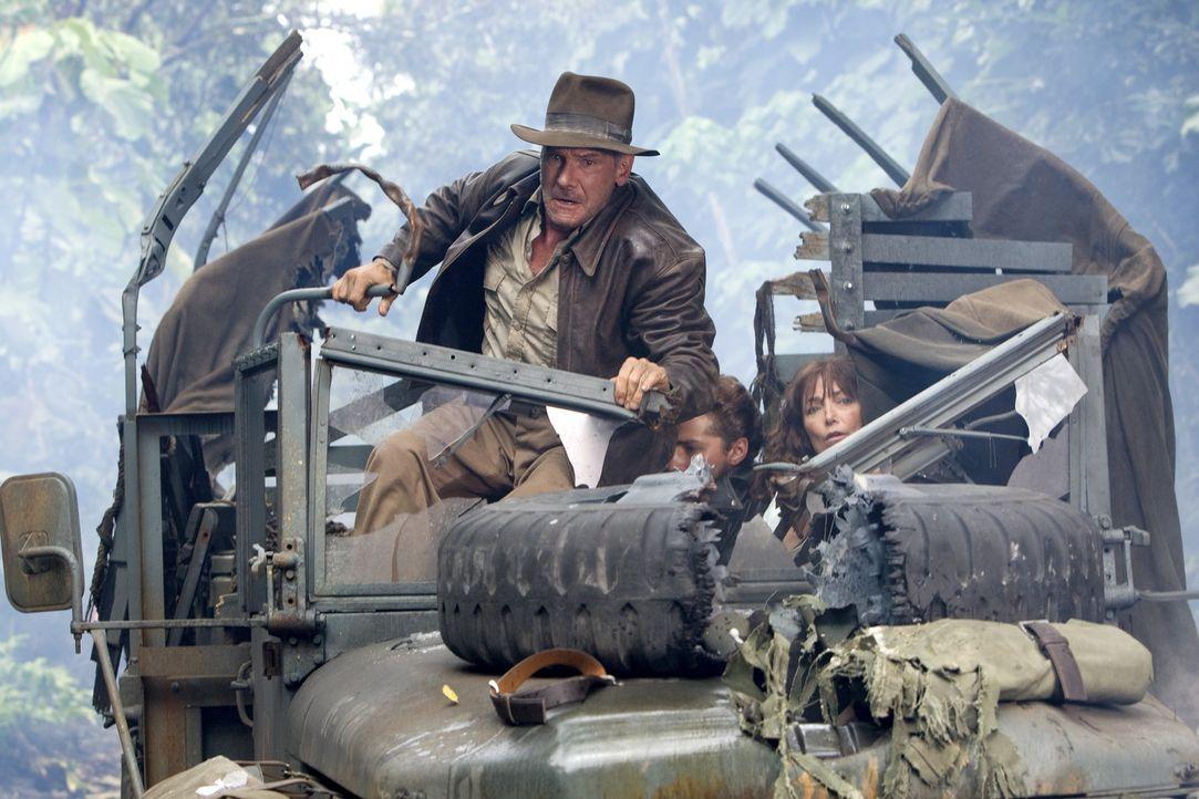 Versuchen, das Rätsel der Kristallschädels zu lösen und erleben dabei einige Überraschungen: Indiana Jones (Harrison Ford, l.), Mutt (Shia LaBeouf,... - Bildquelle: David James & TM 2008 Lucasfilm Ltd. All Rights Reserved.