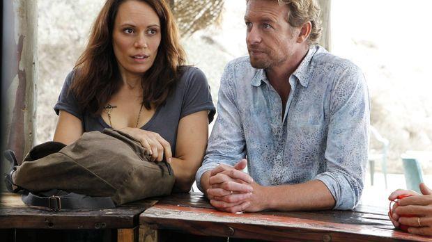 The Mentalist - Als sich Patrick Jane (Simon Baker, r.) in Kim Fischer (Emily...