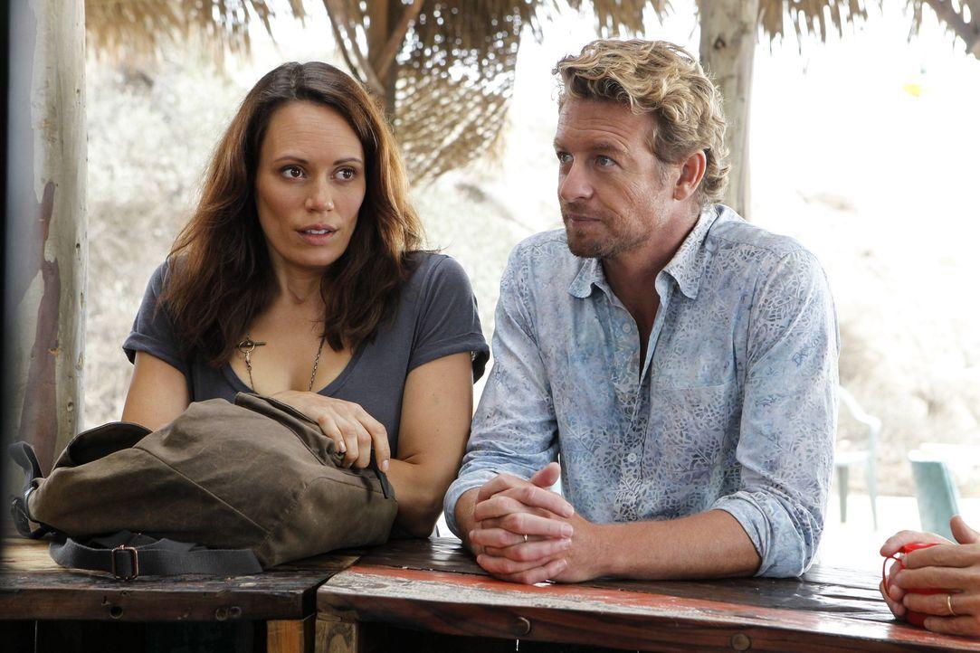 Als sich Patrick Jane (Simon Baker, r.) in Kim Fischer (Emily Swallow, l.) verliebt, ahnt er nicht, dass sie ein falsches Spiel mit ihm spielt ... - Bildquelle: Warner Brothers Entertainment Inc.
