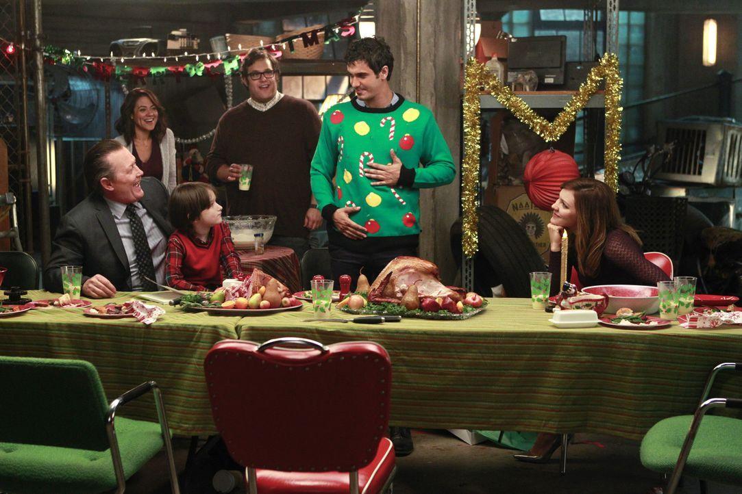 Selbst an Weihnachten haben Cabe (Robert Patrick, l.), Megan (Camille Guaty, 2.v.l.), Ralph (Riley B. Smith, 3.v.l.), Sylvester (Ari Stidham, 3.v.r.... - Bildquelle: Sonja Flemming 2014 CBS Broadcasting, Inc. All Rights Reserved