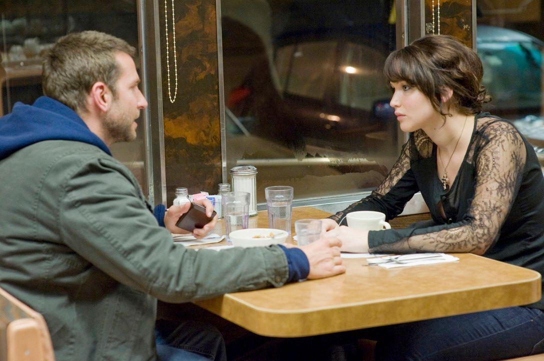 Verabreden sich zu einem Nicht-Date bei Haferflockenbrei: Pat (Bradley Cooper, l.) und Tiffany (Jennifer Lawrence, r.) ... - Bildquelle: 2012 The Weinstein Company.