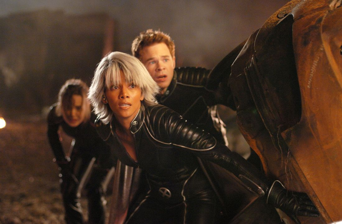 Ein harter Kampf ums Überleben beginnt für Storm (Halle Berry, M.), Iceman (Shawn Ashmore, r.) und Shadowcat (Ellen Page, l.) ... - Bildquelle: 2006 Twentieth Century Fox Film Corporation.  All rights reserved.   X-MEN all character names and their distinctive likenesses: TM &   2006 Marvel