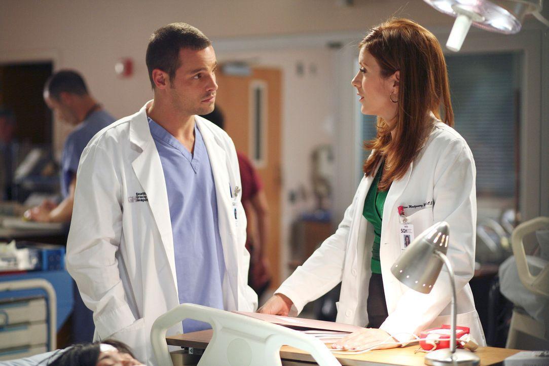 Addison (Kate Walsh, r.) ist von Alex (Justin Chambers, l.) beeindruckt, da er bei einer Behandlung wiedererwartet Sensibilität gezeigt hat ... - Bildquelle: Touchstone Television