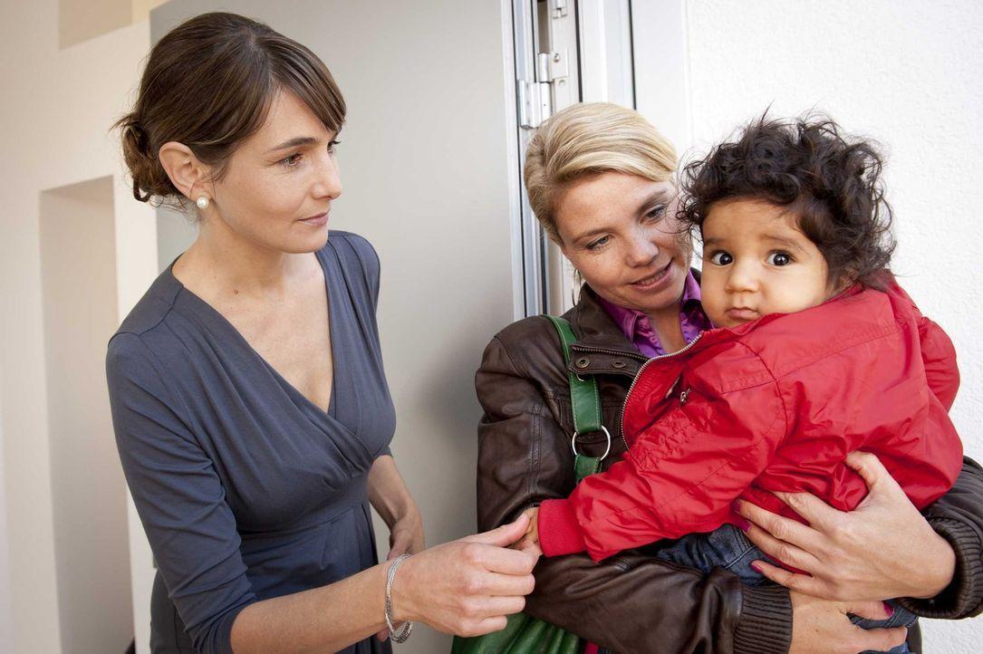Um die Abschiebung der kleinen Momo (Angi Peters, r.) zu verhindern, lässt Danni (Annette Frier, M.) nichts unversucht und wird tatsächlich in Pau... - Bildquelle: SAT.1