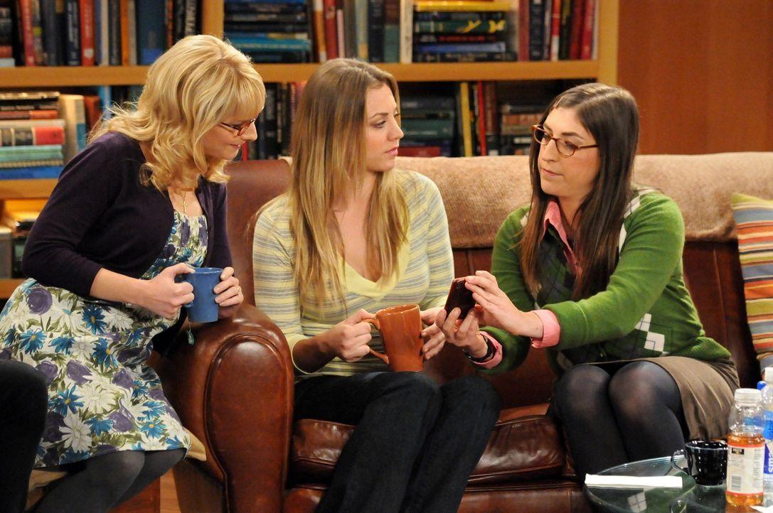 Amy (Mayim Bialik, r.) ist am Boden zerstört, als Penny (Kaley Cuoco, M.) und Bernadette (Melissa Rauch, l.) ohne sie losziehen, um nach Hochzeitsk... - Bildquelle: Warner Bros. Television