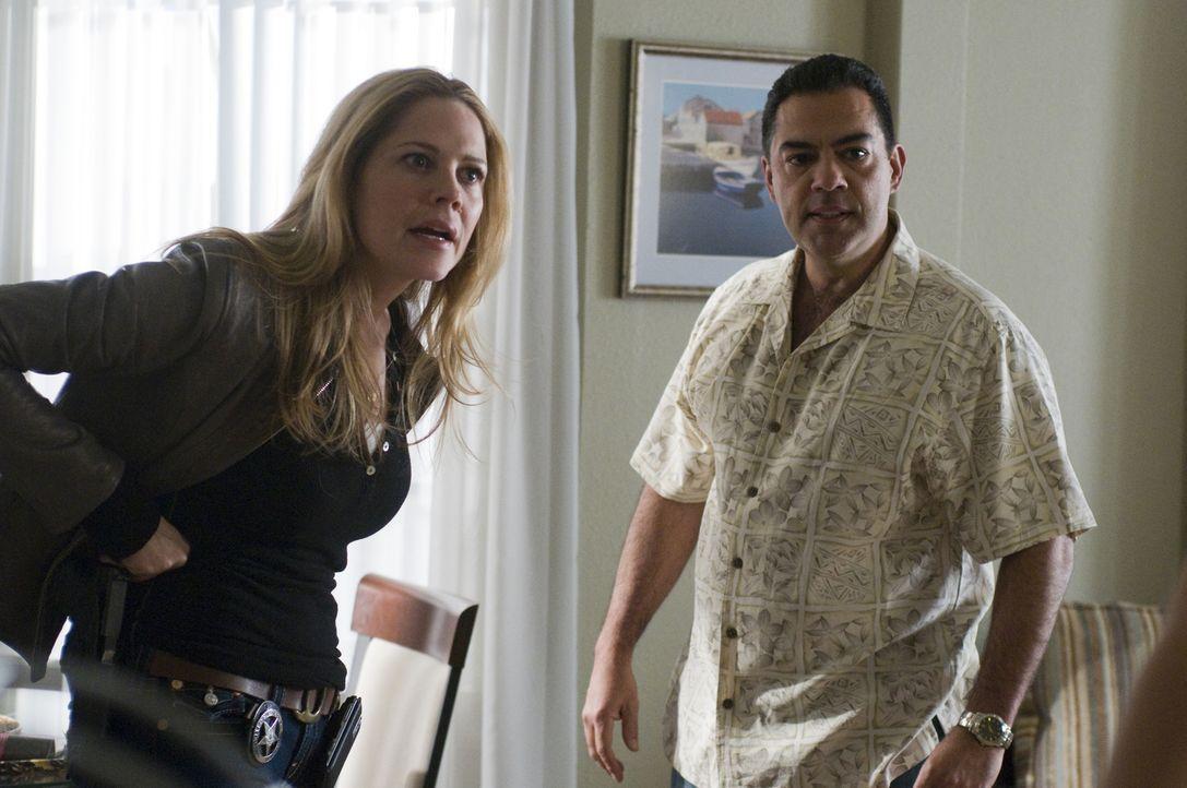 Ohne seine Tochter, keine Aussage. Jesus (Carlos Gomez, r.) drängt Mary (Mary McCormack, l.) in eine komplizierte Situation ... - Bildquelle: USA Network