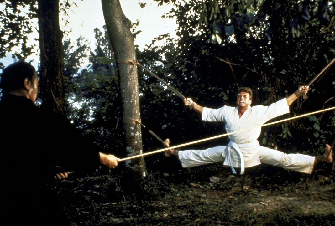 Der Amerikaner Frank Dux (Jean-Claude van Damme, r.) ist Geheimagent. In Hongkong wird er von einem japanischen Altmeister in asiatischen Kampfkünst... - Bildquelle: Cannon Group
