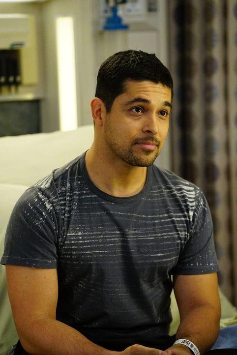 Wird ins Krankenhaus eingeliefert: der an MS erkrankte Musiker Kyle Diaz (Wilmer Valderrama) ... - Bildquelle: Richard Cartwright ABC Studios