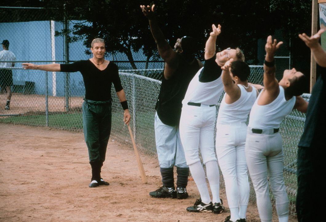 Das Buzz-Team wird einem Crash-Kurs in Baseball unterzogen - mit zunächst mäßigem Erfolg ... - Bildquelle: Warner Bros.