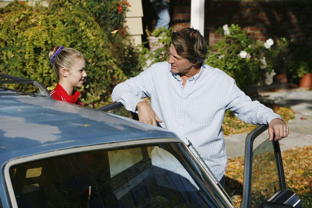Eine wichtige Prüfung steht kurz bevor und Payson (Ayla Kell, l.) ist froh, dass ihr Vater (Brett Cullen, r.) ihr Mut macht und sie unterstützt ... - Bildquelle: 2009 DISNEY ENTERPRISES, INC. All rights reserved. NO ARCHIVING. NO RESALE.