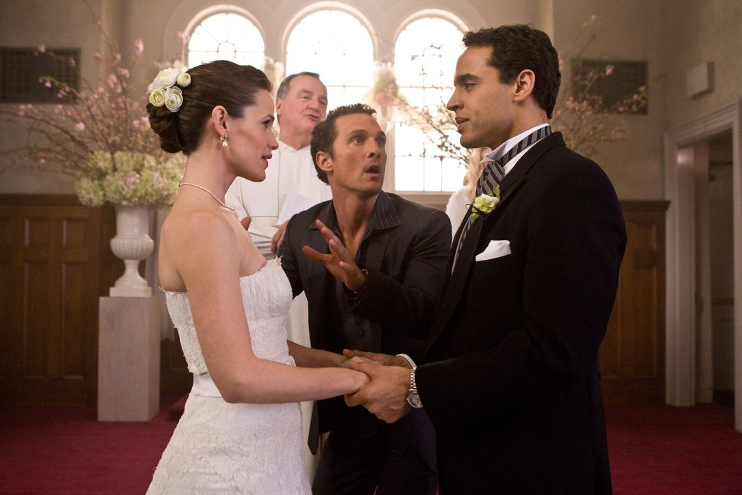 Als Conner (Matthew McConaughey, 2.v.r.) einen Blick in die Zukunft gewährt wird, wird ihm bewusst, dass er was unternehmen muss, um Jenny (Jennife... - Bildquelle: 2008   Warner Brothers