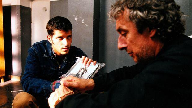 Dino (Pasquale Aleardi, l.) zeigt seinem Onkel Gianfranco (Jürg Löw, r.) die...