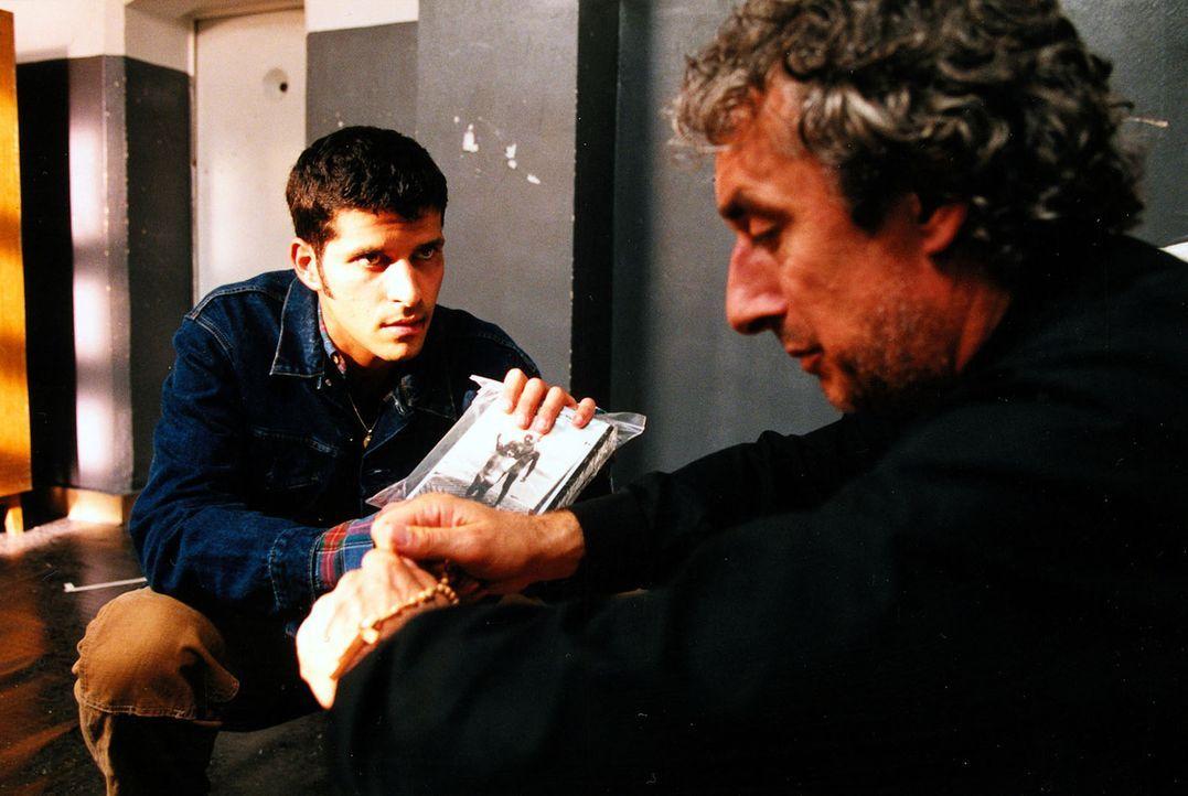 Dino (Pasquale Aleardi, l.) zeigt seinem Onkel Gianfranco (Jürg Löw, r.) die Raubkopien, die ihn belasten. - Bildquelle: Diane Krüger Sat.1