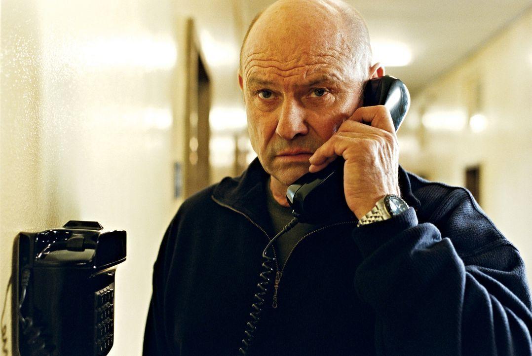 Die Gefahr, die durch den leitenden Beamten Marnowski (Klaus Löwitsch) droht, bringt die alten Anarcho-Freunde wieder zusammen ... - Bildquelle: 2003 Sony Pictures Television International