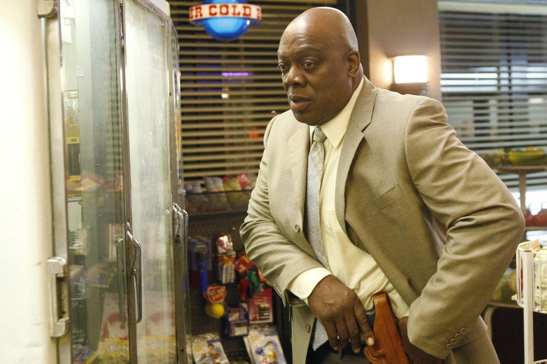 In einem kleinen Lebensmittelladen wird Det. Will Jeffries (Thom Barry) plötzlich angeschossen ... - Bildquelle: Warner Bros. Television