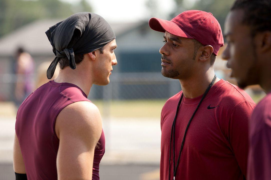 Trainer Lyman (TJ Hassan, r.) ahnt nicht, dass Tyler Lockwood (Michael Trevino, l.) übersinnliche Kräfte hat, die er auch gerne zum Einsatz bringt... - Bildquelle: Warner Bros. Television