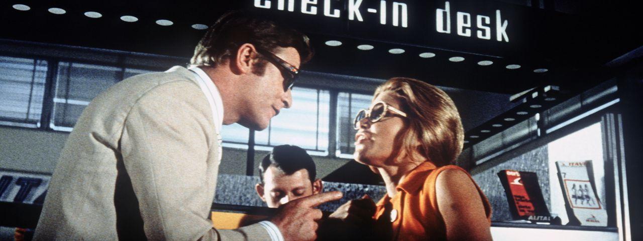 Gelingt es Charlie Croker (Michael Caine, l.) mit der bildhübschen Lorna (Margaret Blye, r.) ein Leben im Luxus zu führen, ohne aufzufliegen ...