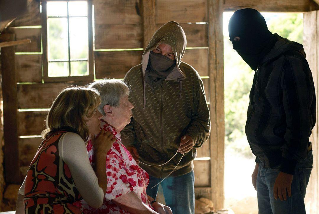 Resi (Ruth Drexel, 2.v.l.) und Hasi (Carin C. Tietze, l.) sind mit ihren beiden Entführern wieder zurück in der Hütte. Pablo ist immer noch sauer - er lädt seine Pistole durch ...