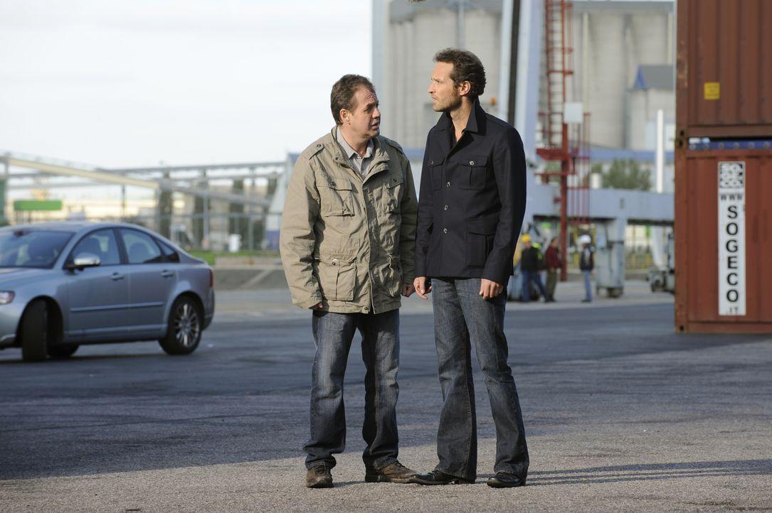 Bekommt Matthieu (Guillaume Cramoisan, r.) von seinem ehemaligen Kollegen, dem Hafenarbeiter Bruno (Stéphane Jobert, r.), wichtige Informationen? - Bildquelle: 2008 - Beaubourg Audiovisuel/BeFilms/RTBF (Télévision Belge)