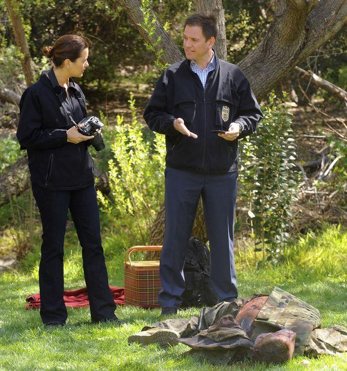 Nach dem Mord an einem Marine reisen Tony (Michael Weatherly, r.) und Ziva (Cote de Pablo, r.) nach Kolumbien, um den Mörder zu finden ... - Bildquelle: 2012 CBS Broadcasting Inc. All Rights Reserved.