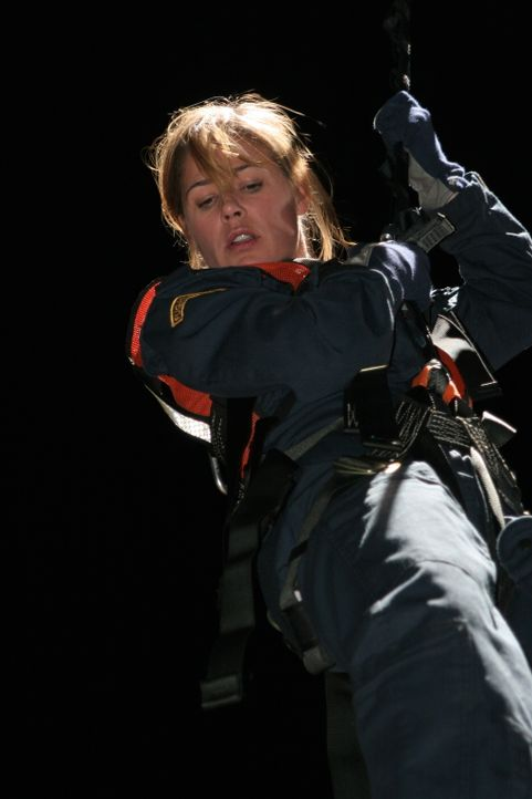 Abby (Maura Tierney) versucht Verunglückte aus einem Bus zu retten ... - Bildquelle: Warner Bros. Television