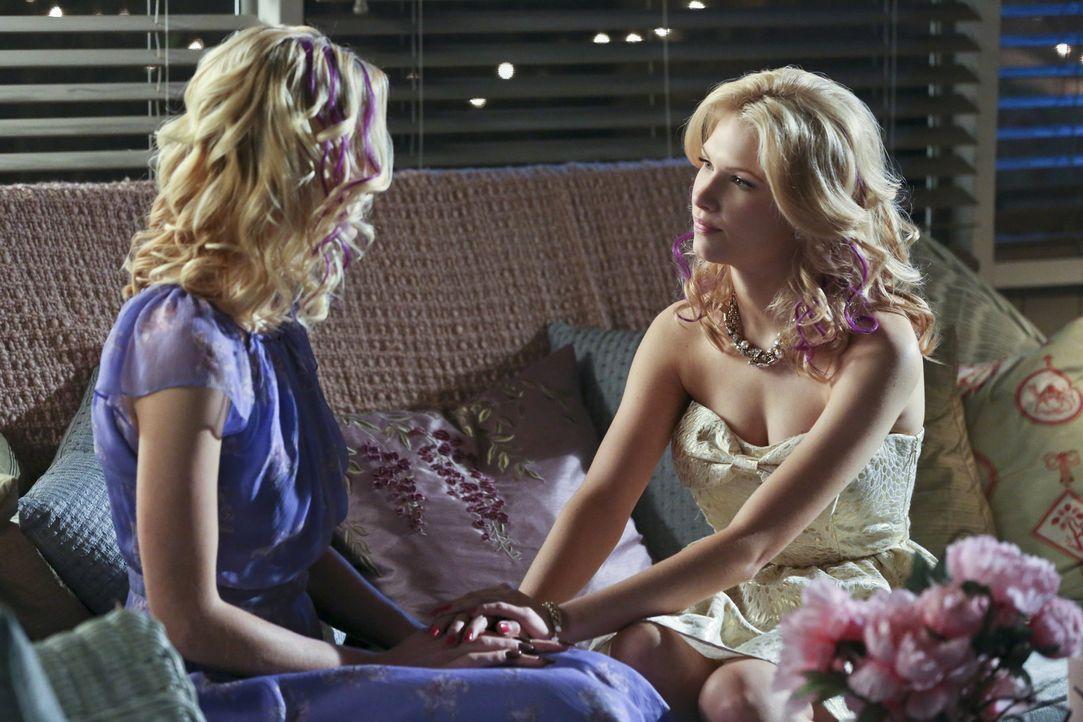 Wenn es sonst keinen mehr gibt, kann sich Lemon (Jaime King, l.) immer noch an ihre kleine Schwester Magnolia (Claudia Lee, r.) wenden ... - Bildquelle: Warner Bros.
