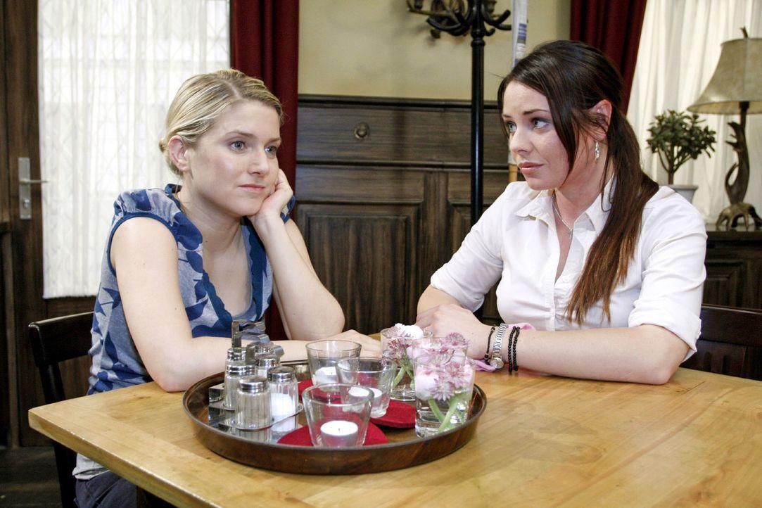 Paloma (Maja Maneiro, r.) versucht Anna (Jeanette Biedermann, l.) aufzubauen, indem sie ihr klar macht, dass Katja nicht die richtige Frau für Jonas... - Bildquelle: Noreen Flynn Sat.1
